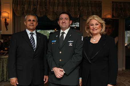 National FIDF Chairman Nily Falic (right) standing with FIDF National Director Major General (Res.) Yitzhak Gershon and Lt. Col. Chezy Deutsch]
